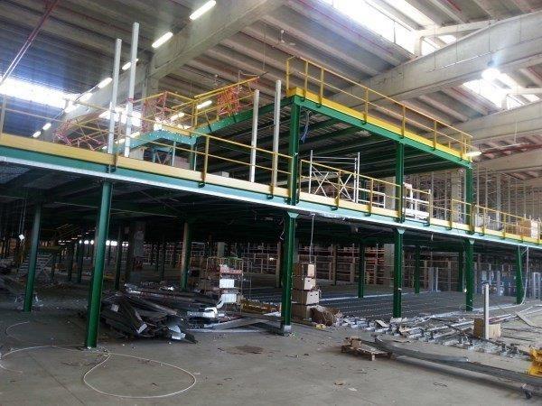 scaffalature metalliche industriali a soppalco usate per magazzini